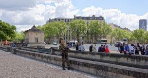 Soldaten bevakar medborgare från terrorister på huset av Inva Arkivbilder