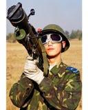 Soldaten in den roten Raketen der Quaste neun der Schulter strebten an auszubilden Stockfotos