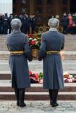 Soldaten der Firma des Schutzes der Ehre des unterschiedlichen Kommandant ` s Preobrazhensky Regiments legen einen Korb mit Blume stockfoto