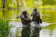 Soldaten der grünen Barette in der Aktion Stockfotos
