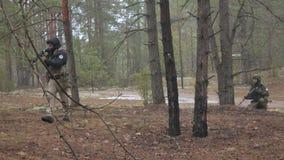 Soldaten in der Tarnung mit Kampfwaffen machen ihre Weise außerhalb des Waldes, mit dem Ziel des Gefangennehmens er, das Militär stock footage