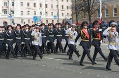 Soldaten in der Uniform sind an der Wiederholung der Militärparade lizenzfreie stockbilder