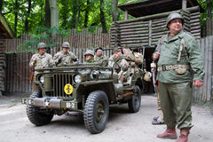 Soldaten der Weltkrieg-AMERIKANISCHEN Armee mit Willys Lizenzfreies Stockbild