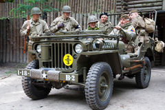 Soldaten der Weltkrieg-AMERIKANISCHEN Armee mit Willys Lizenzfreie Stockfotos