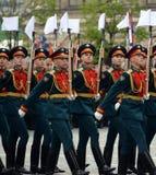 Soldaten des Schutzes der Ehre des unterschiedlichen Kommandant ` s Transfigurationsregiments an der Wiederholung Victory Parades stockbild