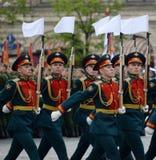 Soldaten des Schutzes der Ehre des unterschiedlichen Kommandant ` s Transfigurationsregiments an der Wiederholung Victory Parades stockfotografie