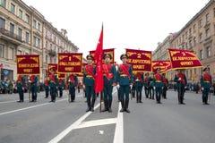 Soldaten des Schutzes der Ehre vor dem ernsten Marsch auf Nevsky Prospekt Siegtag in St Petersburg Lizenzfreie Stockfotos