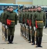 Soldaten des unterschiedlichen Kommandant 154 ` s Transfigurationsregiments bereiten sich für die Parade am 7. November im Roten  Lizenzfreie Stockbilder