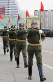 Soldaten des unterschiedlichen Kommandant 154 ` s Transfigurationsregiments bereiten sich für die Parade am 7. November im Roten  Stockbilder