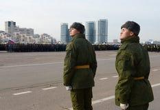 Soldaten des unterschiedlichen Kommandant 154 ` s Transfigurationsregiments bereiten sich für die Parade am 7. November im Roten  Lizenzfreies Stockfoto