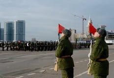 Soldaten des unterschiedlichen Kommandant 154 ` s Transfigurationsregiments bereiten sich für die Parade am 7. November im Roten  Stockfotografie