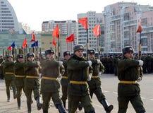Soldaten des unterschiedlichen Kommandant 154 ` s Transfigurationsregiments bereiten sich für die Parade am 7. November im Roten  Lizenzfreie Stockfotografie