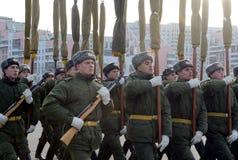 Soldaten des unterschiedlichen Kommandant 154 ` s Transfigurationsregiments bereiten sich für die Parade am 7. November im Roten  Lizenzfreie Stockfotos