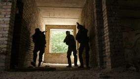 Soldaten, die das Gebäude besetzt vom Feind stürmen stock video