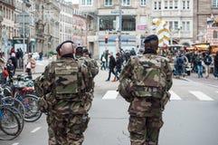 Soldaten, die in den Straße Whitschrotflinten patrouillieren stockbild