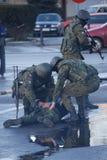 Soldaten, die einen Verbrecher festhalten Stockbilder