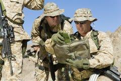 Soldaten, die Strategie während des Krieges besprechen stockfoto