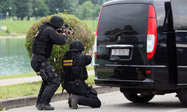 Soldaten, die Terroristen sprengen stockfotos