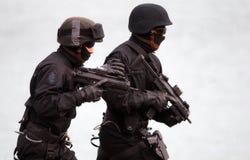 Soldaten, die Terroristen sprengen lizenzfreie stockbilder