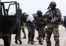 Soldaten, die Terroristen sprengen lizenzfreies stockfoto
