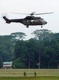 Soldaten, die vom Hubschrauber Rappelling sind Stockbild