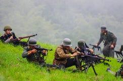 Soldaten, die vom Maschinengewehr schießen Lizenzfreies Stockbild