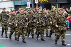 Soldaten in einer Parade für Tag Str.-Patricks Lizenzfreie Stockbilder