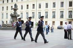 Soldaten gehen ein Marsch auf dem Bereich in Prag Lizenzfreies Stockfoto