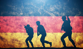 Soldaten im Angriff auf Deutschland-Flagge Deutsche Armee, Militär Stockfotografie