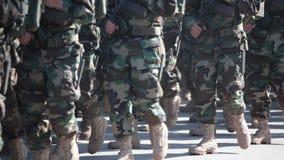 Soldaten im getarntem einheitlichem Marschieren stock video