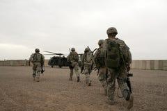 Soldaten im Hubschrauber im Irak stockbilder