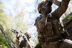 Soldaten im Krieg am Holz Lizenzfreie Stockbilder