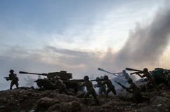 Soldaten im vollen Gang Militärschattenbilder, die Szene auf Kriegsnebel-Himmelhintergrund, Weltkrieg-Soldat-Schattenbilder unter Lizenzfreie Stockfotos