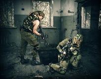 Soldaten im vollen Gang stürmten das Gebäude Lizenzfreie Stockfotos