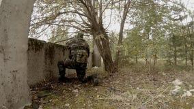 Soldaten körde upp till väggen som siktar vapnet och, drar RPG lager videofilmer