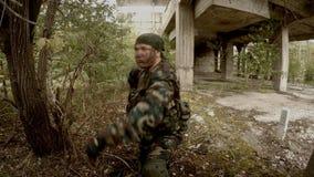 Soldaten körde upp till vägghandtag och syften av RPG arkivfilmer