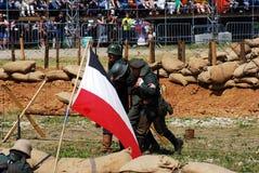 Soldaten laufen gelassen hinter eine deutsche Flagge Stockfoto