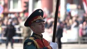 Soldaten marschieren auf die Nahaufnahme der Parade am 9. Mai in einem Zeitlupeschuß stock video footage