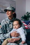 Soldaten med behandla som ett barn Royaltyfria Bilder