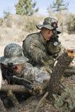 Soldaten mit dem Maschinengewehr, das auf Klotz sich lehnt Stockbild