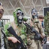Soldaten mit Gasmasken bei Militalia in Mailand, Italien Stockbilder