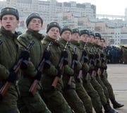 Soldaten mit Maschinengewehren des großen patriotischen Krieges bereiten sich für die Parade am 7. November im Roten Platz vor Lizenzfreie Stockfotografie