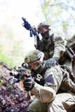 Soldaten mit Waffen auf Übungen Stockfotos