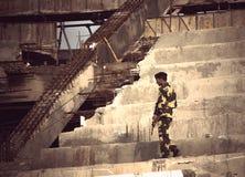 Soldaten patrouilliert den Bereich auf einem zerstörten Gebäude Lizenzfreie Stockfotografie