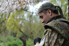 Soldaten ser ner Framsida i profil Skog höst ukraine royaltyfri fotografi