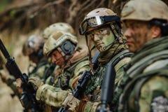 Soldaten siktar hans vapen i sikt arkivbilder