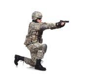 Soldaten skjuter ett vapen Arkivbilder