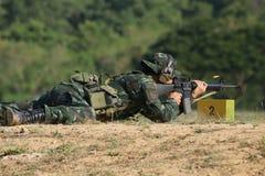 Soldaten skjuter geväret Royaltyfria Foton