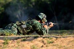 Soldaten skjuter geväret Arkivfoto