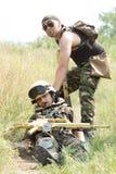 Soldaten sparar hans sårada deltagare Arkivfoton